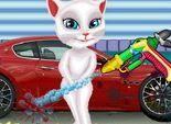 Mèo Angela Talking rửa xe